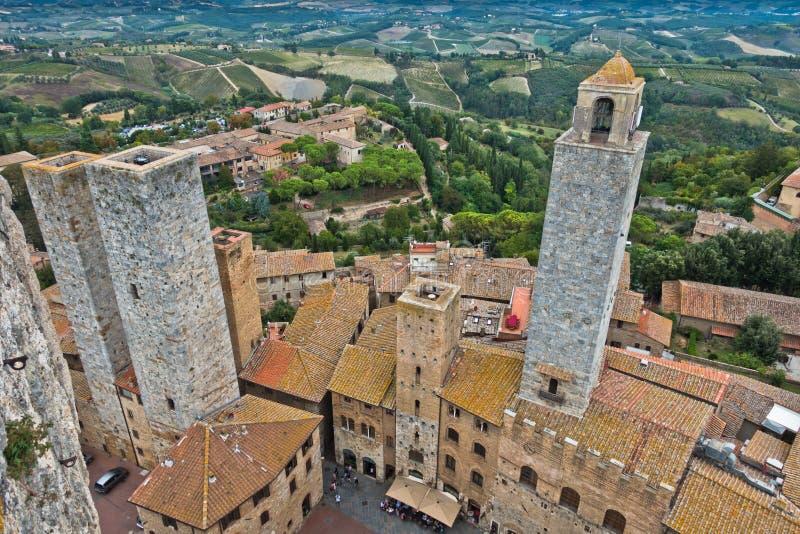 Vista aerea panoramica della città e della campagna circostante dalle torri di San Gimignano in Toscana fotografia stock libera da diritti