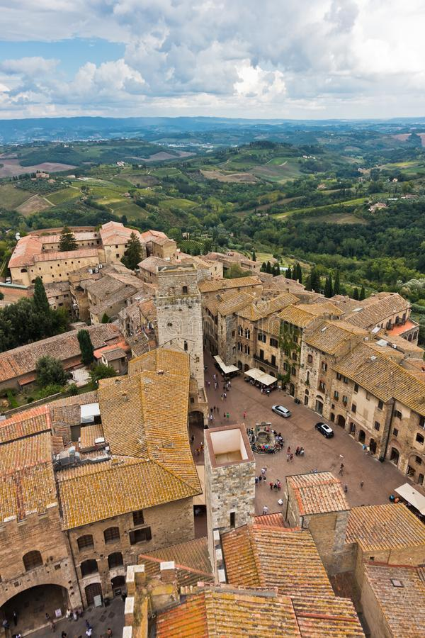 Vista aerea panoramica della città e della campagna circostante dalle torri di San Gimignano in Toscana immagini stock libere da diritti