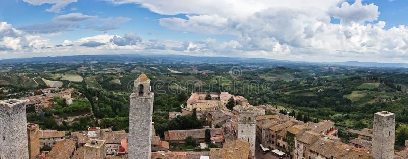 Vista aerea panoramica della città e della campagna circostante dalle torri di San Gimignano in Toscana immagini stock