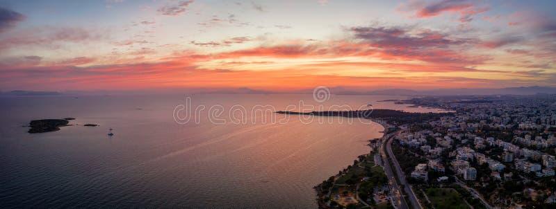 Vista aerea panoramica della costa di Atene Riviera, Grecia immagini stock