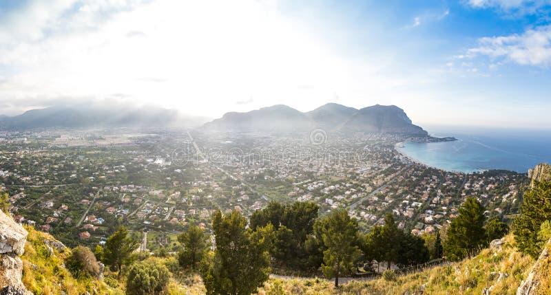 Vista aerea panoramica della spiaggia di Mondello, Palermo, Sicilia, Italia immagini stock libere da diritti