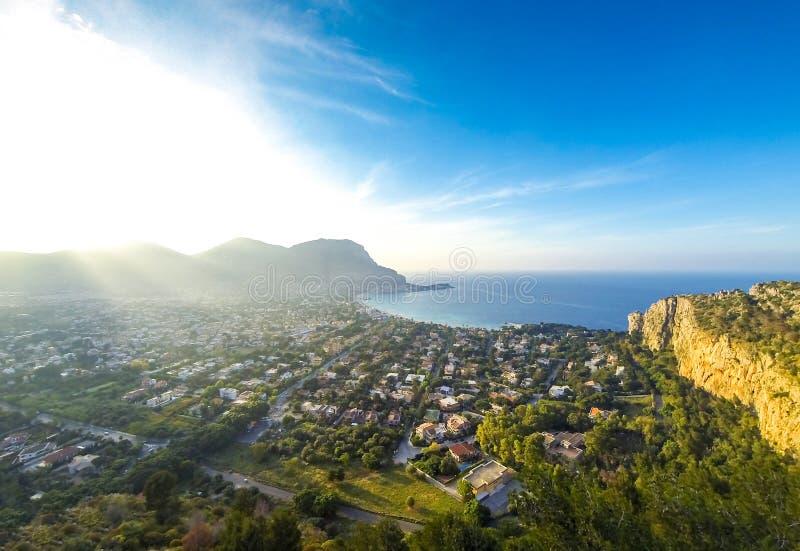Vista aerea panoramica della spiaggia di Mondello, Palermo, Sicilia, Italia immagine stock libera da diritti
