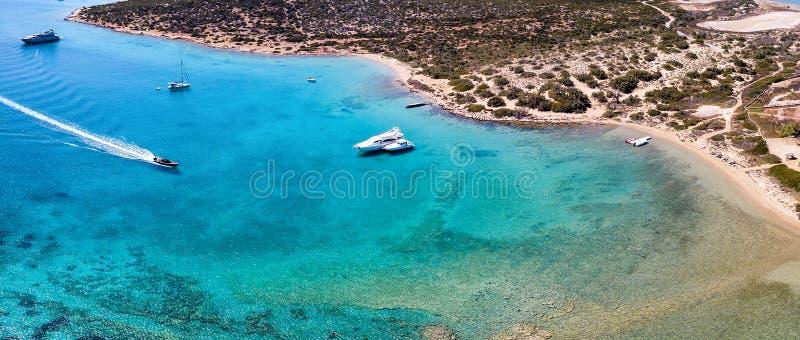 Vista aerea panoramica delle acque incontaminate della spiaggia di Lageri sull'isola di Paros immagine stock libera da diritti