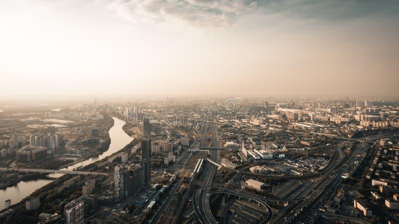 Vista aerea panoramica di grande città Mosca da sopra a tempo crepuscolare, delle strade con traffico di automobile, del fiume e  fotografie stock