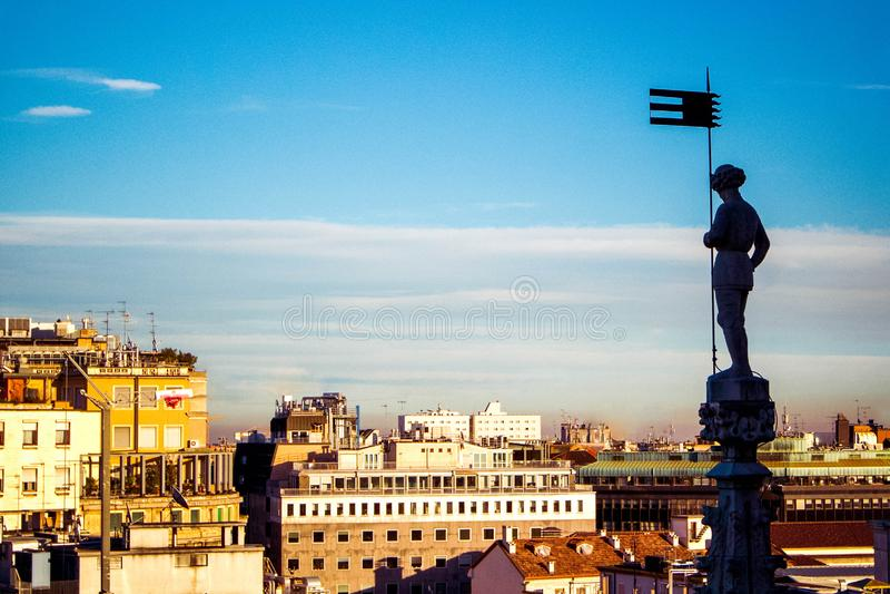 Vista aerea panoramica di Milano sul centro urbano dal tetto del duomo gotico della cattedrale, Milano, Italia fotografie stock
