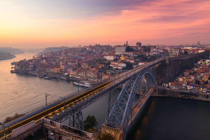 Vista aerea panoramica di Oporto di Dom Luis Bridge al tramonto Oporto, Portogallo Paesaggio urbano di Oporto Ribeira turistico d immagine stock libera da diritti