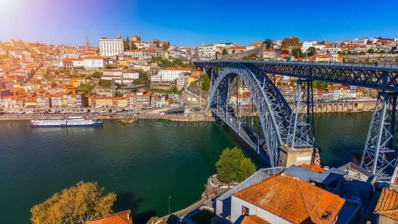 Vista aerea panoramica di Oporto di Dom Luis Bridge e delle case con le mattonelle di tetto rosse in un bello giorno di estate Op immagine stock libera da diritti