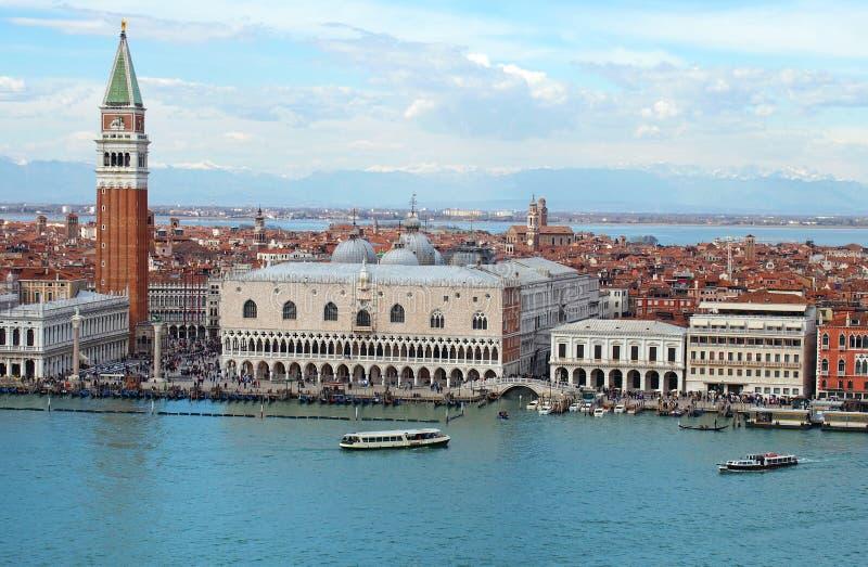 Vista aerea panoramica di paesaggio urbano di Venezia che mostra marco e le barche di san nel mare fotografie stock