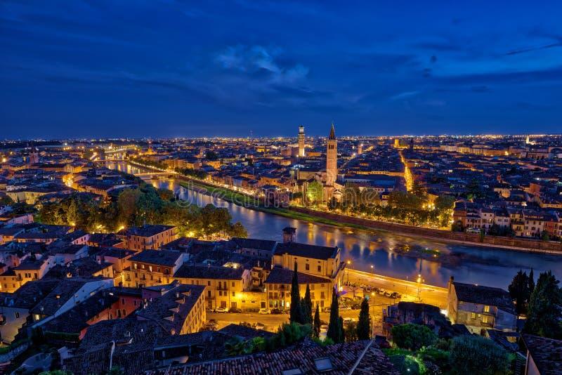 Vista aerea panoramica di Verona, Italia all'ora blu, dopo summe fotografie stock