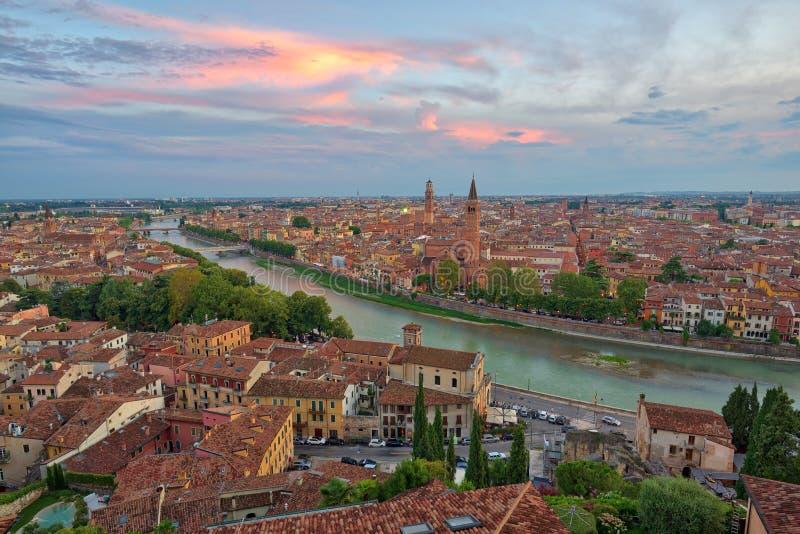Vista aerea panoramica di Verona, Italia dopo il tramonto di estate, clou immagini stock libere da diritti