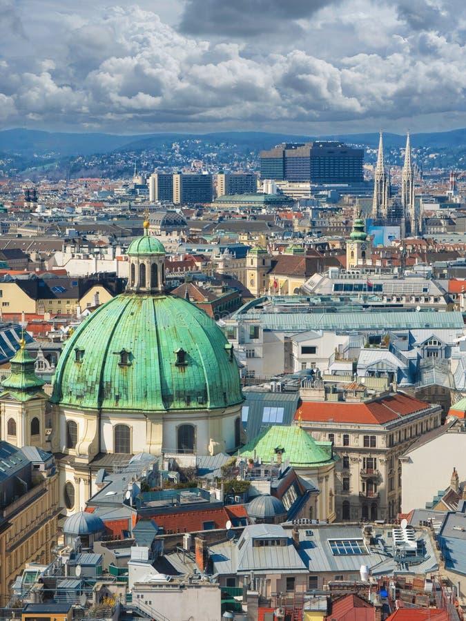 Vista aerea panoramica sopra la vecchia città storica di Vienna con i punti di riferimento famosi come St Stephen & x27; cattedr immagine stock libera da diritti