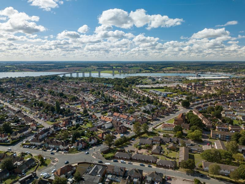 Vista aerea panoramica verticale delle case suburbane a Ipswich, Regno Unito Ponte e fiume di Orwell nei precedenti fotografie stock libere da diritti