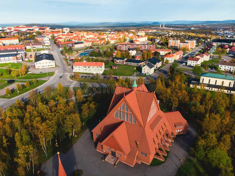 Vista aerea solare estiva di Kiruna, la città più a nord della Svezia, provincia di Lapland, contea di Norrbotten, foto scattata  fotografia stock libera da diritti