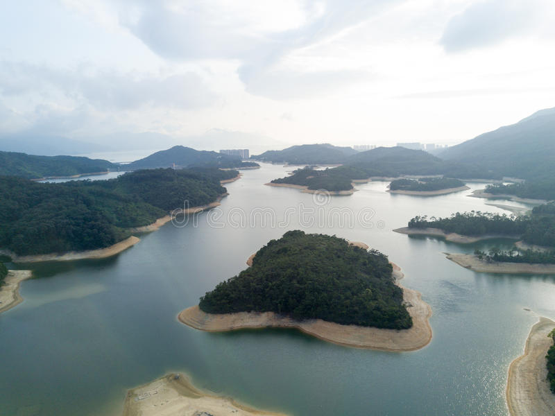 Vista aerea sopra il bacino idrico di Hong Kong Tai Lam Chung nell'ambito di tempo affumicato immagine stock libera da diritti
