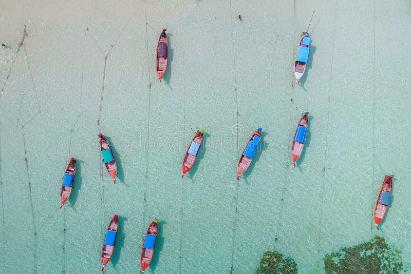 Vista aerea sopra il gruppo di crogioli di coda lunga con il bello mare e immagini stock libere da diritti