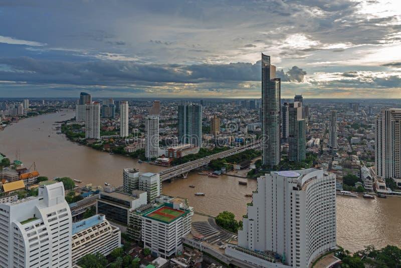 Vista aerea sopra l'edificio per uffici moderno di Bangkok nella zona di affari di Bangkok vicino al fiume con il cielo di tramon fotografia stock