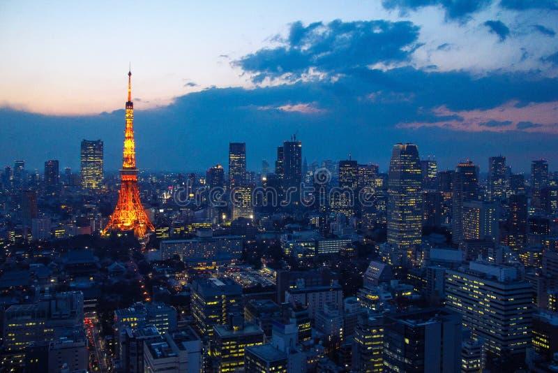Vista aerea sopra la torre di Tokyo e paesaggio urbano di Tokyo al tramonto fotografia stock libera da diritti