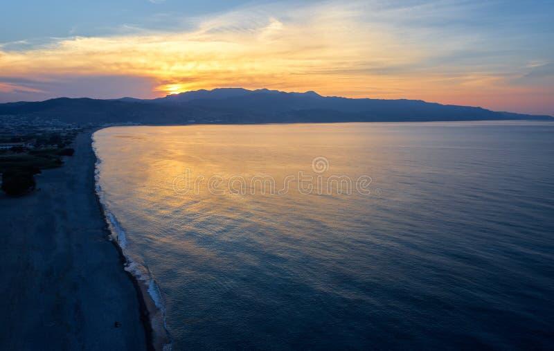 Vista aerea su area fronte mare, sulla spiaggia e sul mare di Platanias a tempo di tramonto Crete, Grecia immagine stock libera da diritti