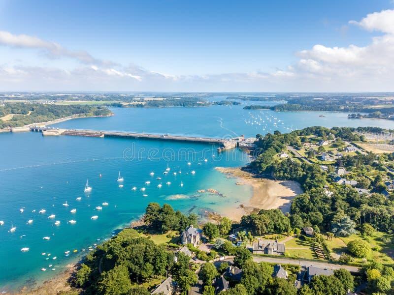 Vista aerea su Barrage de la Rance in Bretagna vicino a Saint Malo, energia mareomotrice fotografia stock libera da diritti