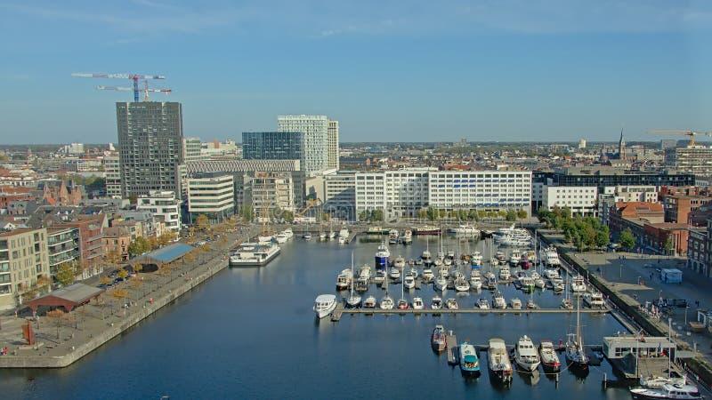Vista aerea su un bacino con i eboats di svago e l'appartamento circostante e sugli edifici per uffici a Anversa fotografia stock libera da diritti