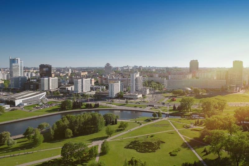Vista aerea sul centro urbano di Minsk e del fiume di Svisloch, Minsk, Bielorussia immagini stock libere da diritti