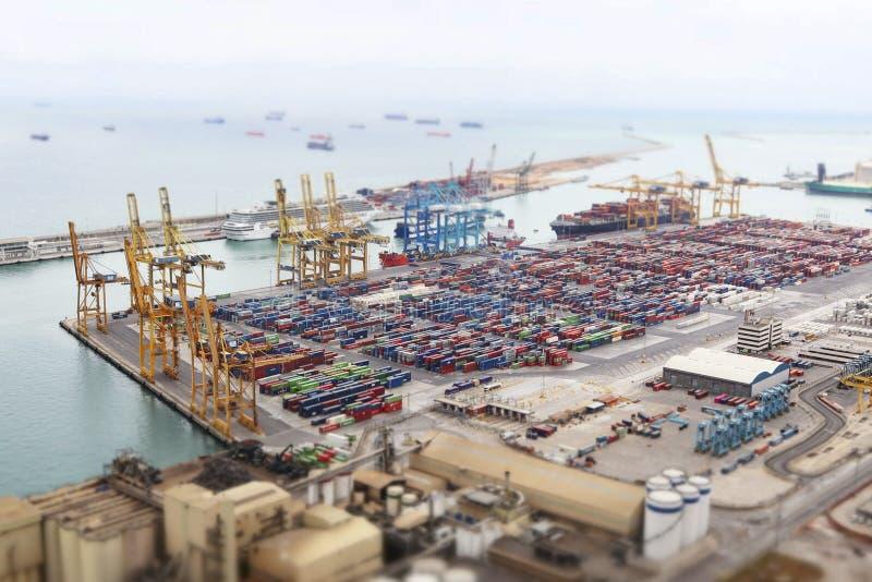 Vista aerea sul porto marittimo e sui contenitori con effetto moderno della foto dello inclinazione-spostamento Barcellona, Catal immagini stock libere da diritti
