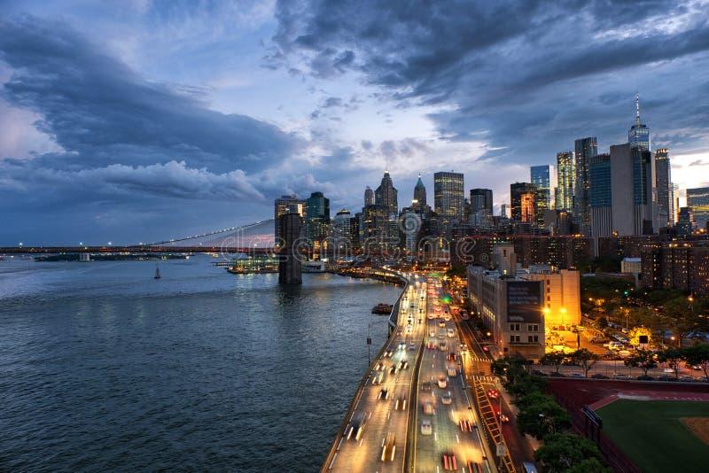 Vista aerea sull'orizzonte della città in New York, U.S.A. durante il tramonto immagine stock libera da diritti