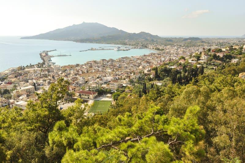 Vista aerea sulla città, sulla località di soggiorno e sul porto principali con paesaggio del mare e della montagna fotografia stock