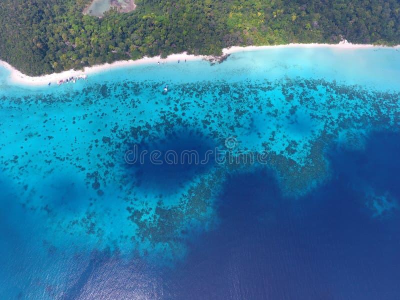 Vista aerea sulla spiaggia tropicale con le barche immagine stock