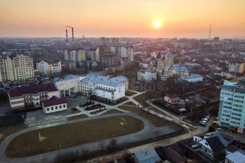 Vista aerea superiore del paesaggio urbano della città Costruzioni di appartamento, scuola, campo di football americano, chiesa e fotografia stock libera da diritti