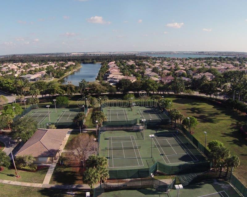 Vista aerea tennic suburbana delle corti fotografie stock libere da diritti