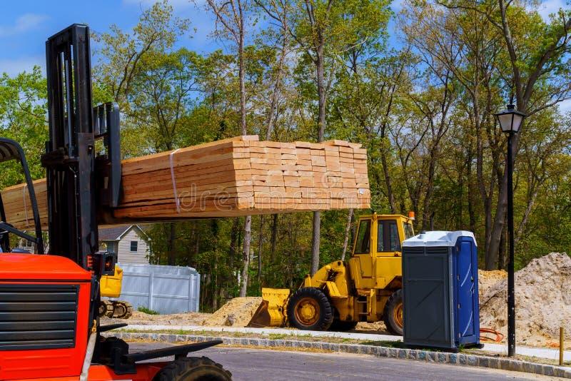 Vista aerea un carrello elevatore a forcale della costruzione driver fuori di un sollevamento e di un pallet commovente fotografie stock libere da diritti