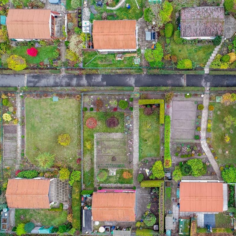 Vista aerea verticale di un orto familiare con le capanne, i percorsi ed i letti di verdure fotografia stock