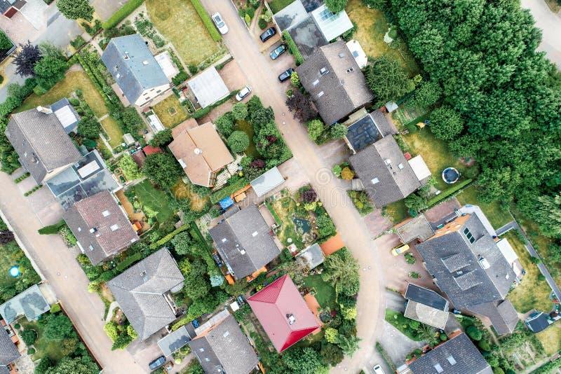 Vista aerea verticale di uno stabilimento suburbano in Germania con le villette, la vicinanza vicina ed i giardini davanti al hou fotografie stock libere da diritti