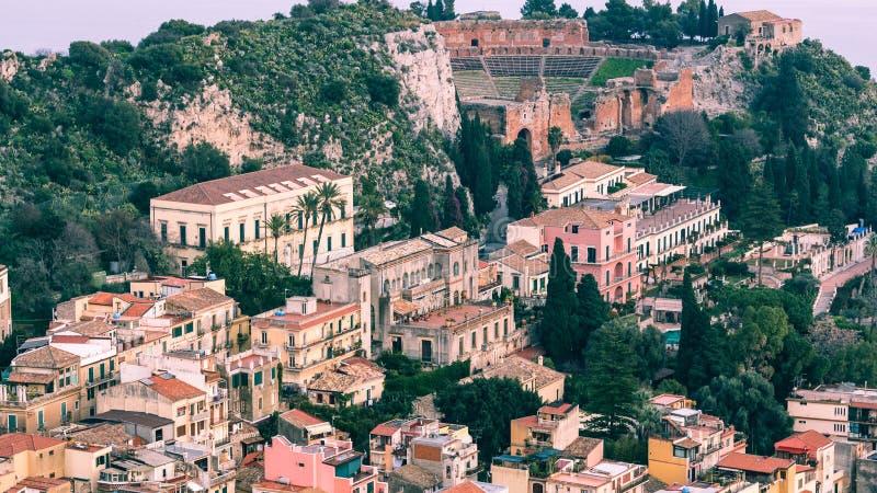 Vista aereal di Taormina - della Sicilia con il teatro del greco antico immagine stock libera da diritti
