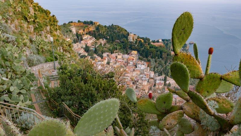 Vista aereal di Taormina - della Sicilia con il teatro del greco antico fotografia stock