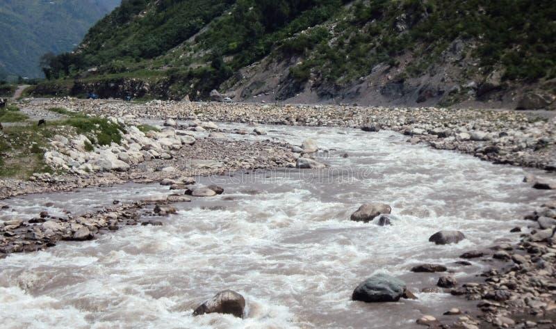 Vista affascinante dell'acqua di schianto nel Pakistan immagine stock
