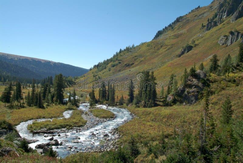 Vista agradável das montanhas e da cachoeira do céu azul fotos de stock royalty free