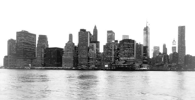 Vista agradável do distrito financeiro de New York e do Lower Manhattan no alvorecer visto do parque da ponte de Brooklyn imagem de stock