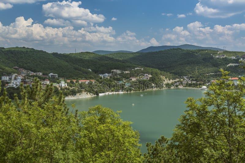 Vista agradável do lago Abrau-Durso em montanhas de Cáucaso fotos de stock royalty free
