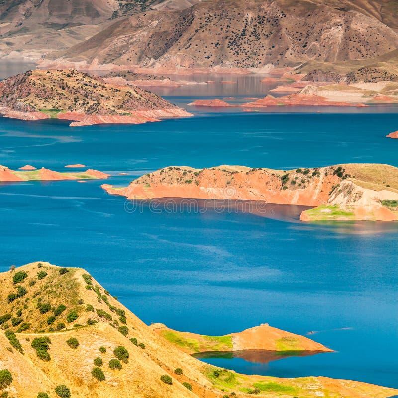 Vista agradable del dep?sito de Nurek en Tayikist?n foto de archivo