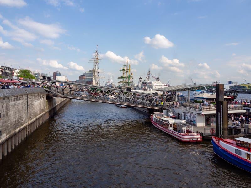 Vista ai ponti di atterraggio ammucchiati nel porto di Amburgo al compleanno dei porti fotografia stock libera da diritti