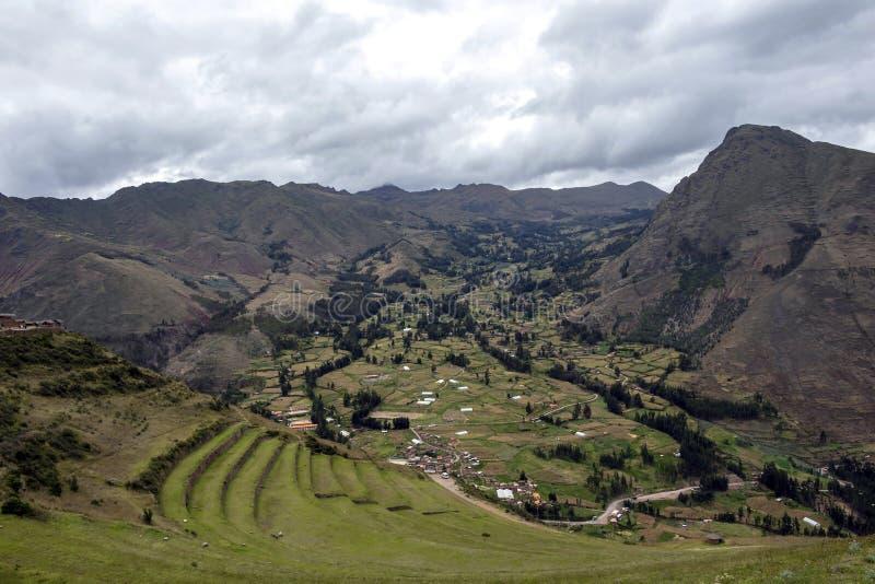 Vista ai terrazzi di inca di agricoltura usati per le piante che coltivano, parco archeologico in valle sacra, Pisac vicino a Cus fotografia stock libera da diritti