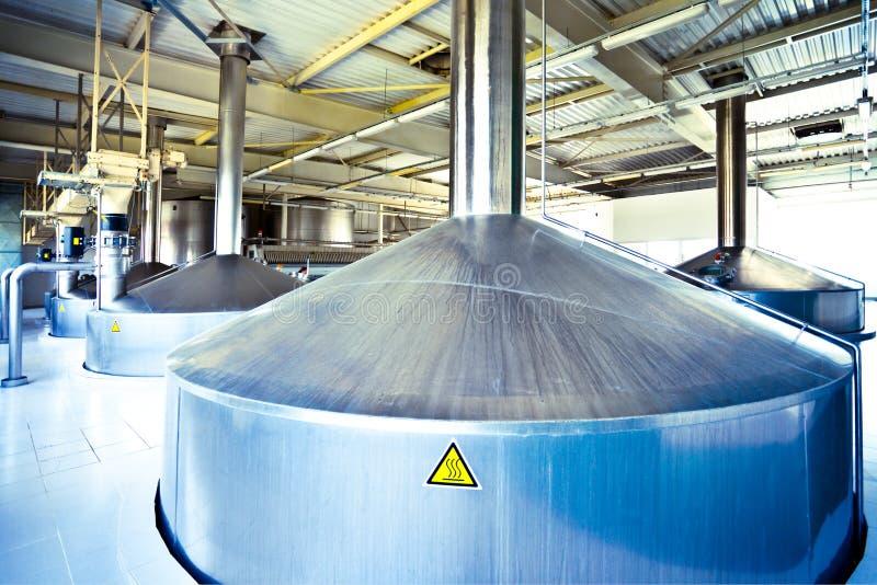 Vista ai tini d'acciaio di fermentazione fotografie stock libere da diritti