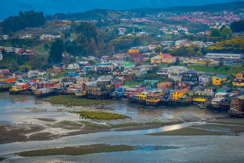Vista al aire libre de casas coloridas en palafitos de los zancos en el horizont situado en Castro, isla de Chiloe imagen de archivo libre de regalías