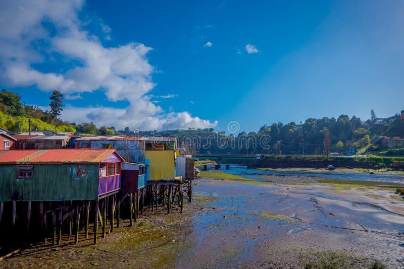 Vista al aire libre de casas de madera coorful hermosas en palafitos de los zancos, en una opinión del día de la marea baja en dí imagen de archivo