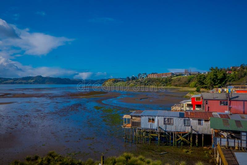 Vista al aire libre de casas de madera coorful hermosas en palafitos de los zancos, en una opinión del día de la marea baja en dí fotografía de archivo libre de regalías