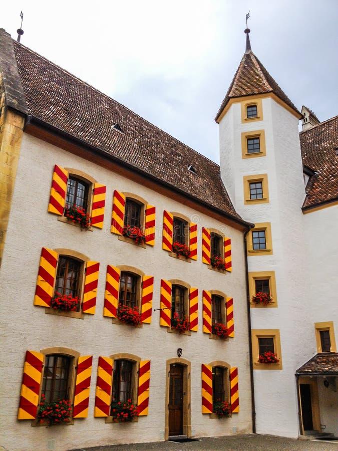 Vista al aire libre de las paredes y de Windows de exteriores clásicas coloridas del castillo en la ciudad vieja Neuchatel, Suiza imagenes de archivo