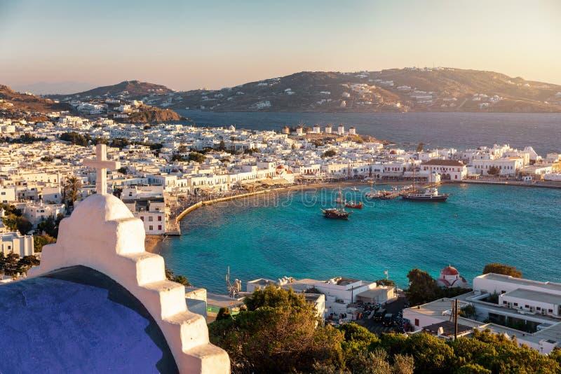 Vista al cabo de las ciudades y al puerto viejo de isla de Mykonos, Grecia fotos de archivo libres de regalías