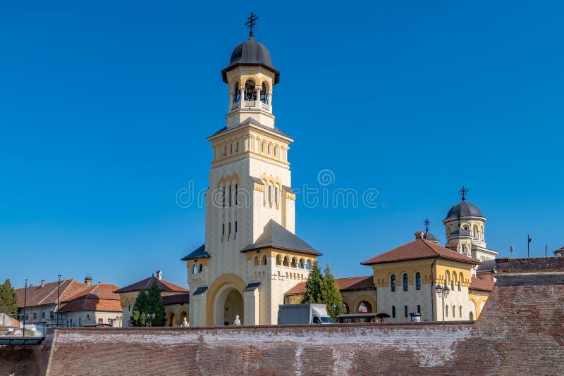 Vista al campanario y a la catedral de la reunificación de la coronación en la ciudad de Alba Iulia, Rumania Una iglesia en Alba  foto de archivo